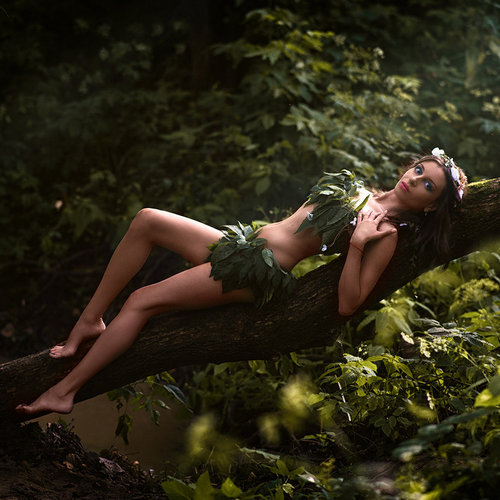 Амазонка в листьях